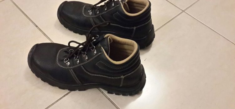 Workshop shoes for 30 dhs (size 42)