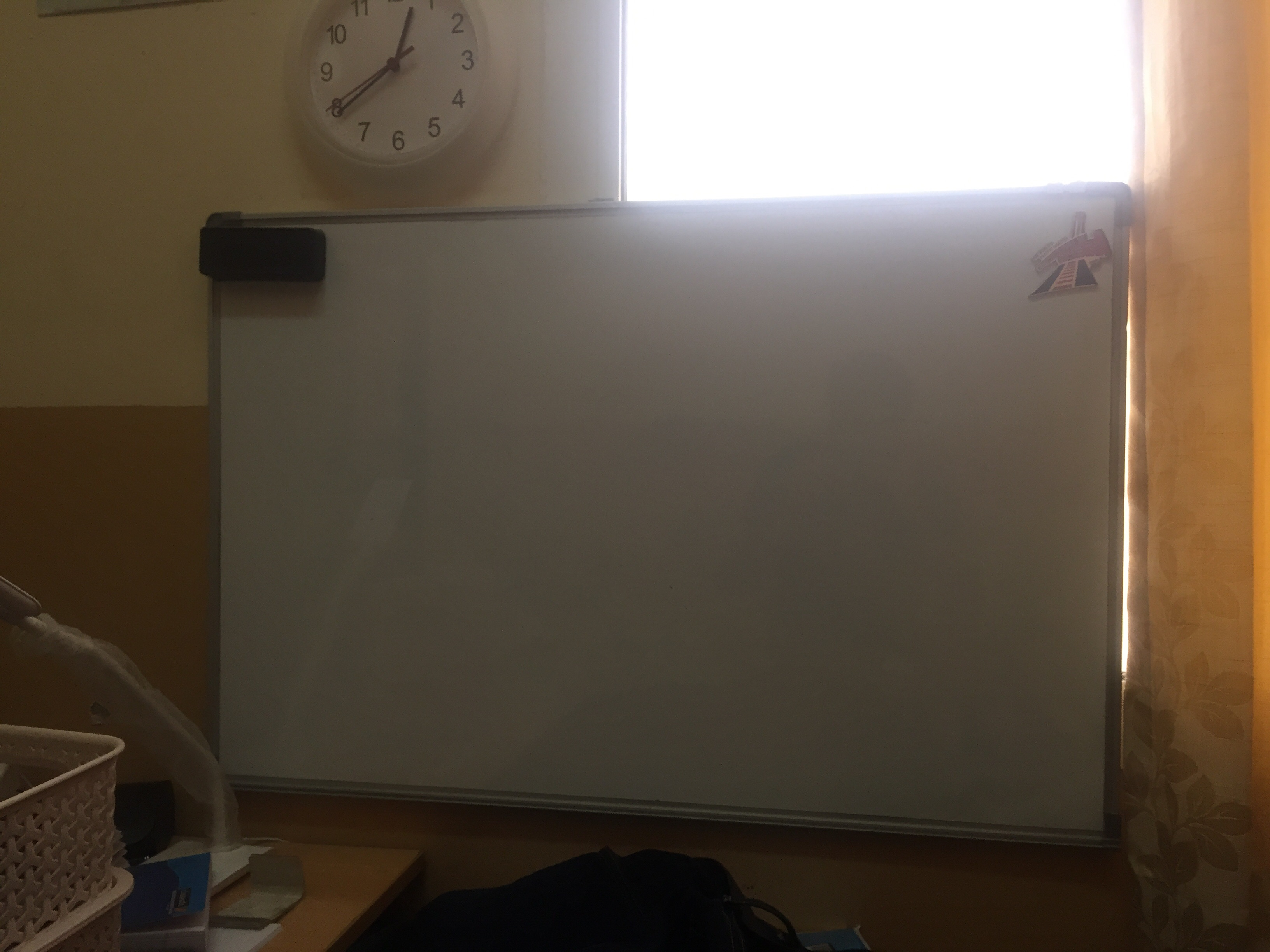 Big White board for room with duster selling for 30 dirham only Hardly used Technonazi